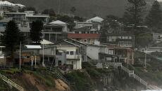 Wysokie fale podmyły domy w Wamberal w Astralii (PAP/EPA/JOEL CARRETT)