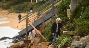 Podmyte domy w Wamberal w Australii (PAP/EPA/JOEL CARRETT)