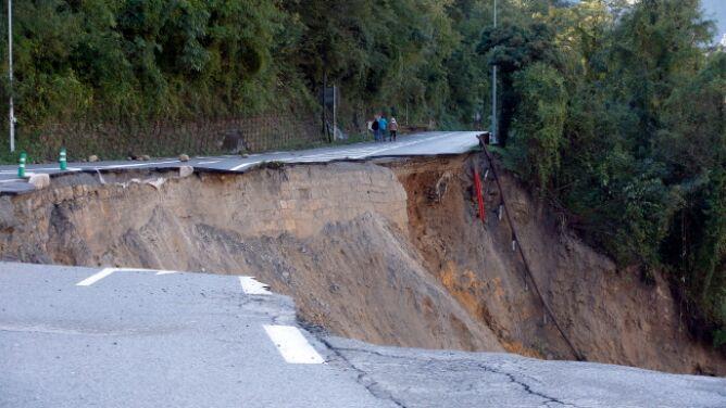 W ciągu doby spadło tyle deszczu, co w trzy miesiące. Osiem osób zaginęło